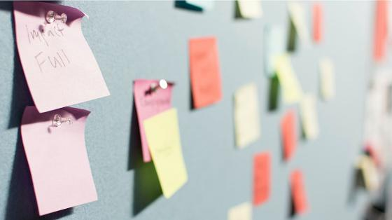 Post-it lapper på en tavle. Foto.