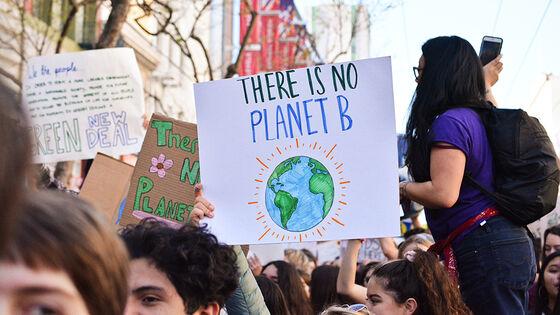 Foto av klimademonstranter med plakat: There is no planet B