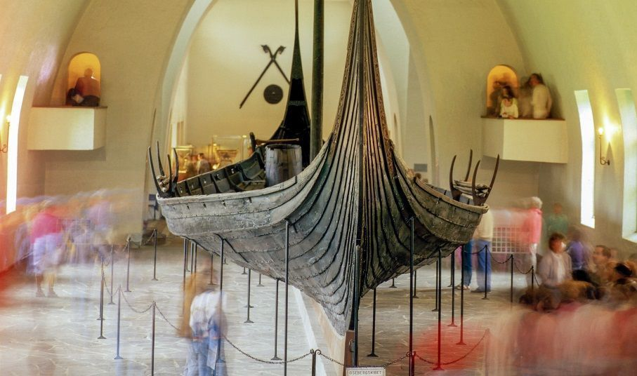 Viking ship seen from the front inndoor in a building. Photo.