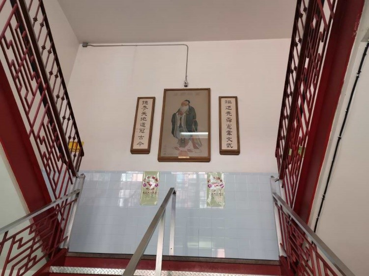 Traditional staircase and picture of Confucius welcoming the visitors. Photo by the author.