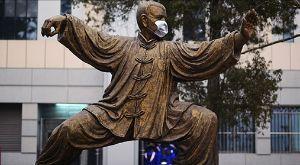 Munnbind på en statue av en mann.