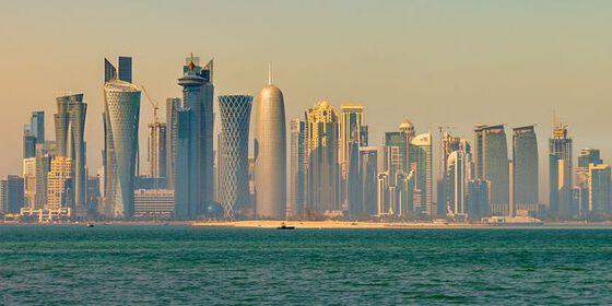 Sjøen foran og en skyline med skyskrapere bak.