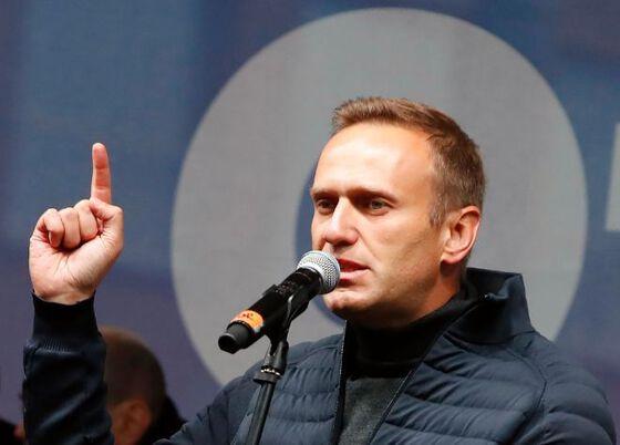 Mann som snakker i mikrofon