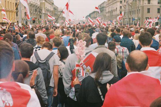Mennesker i Minsk kledd i rødt og hvitt.