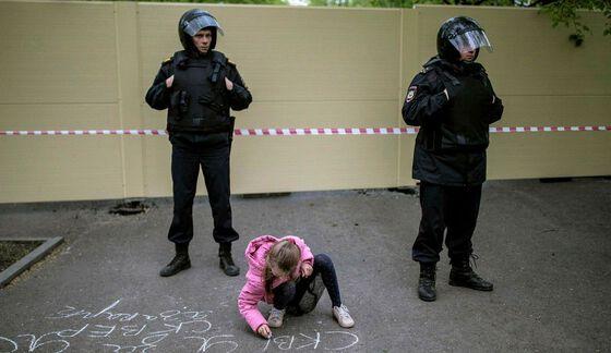 Demonstrasjon: «Jeg er for parken», skriver jenta på asfalten. Folk i Jekaterinburg protesterer mot at de mister en populær park og samlingsplass fordi det skal bygges en kirke på stedet. Jekaterinburg 16. mai 2019.