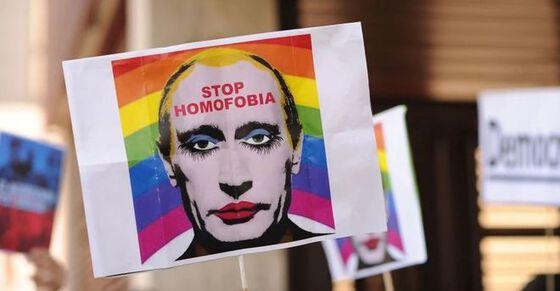 """Et bilde av Putins ansikt med sminke, med regnbueflagg i bakgrunnen, med teksten """"Stop Homofobia"""" i pannen hans."""