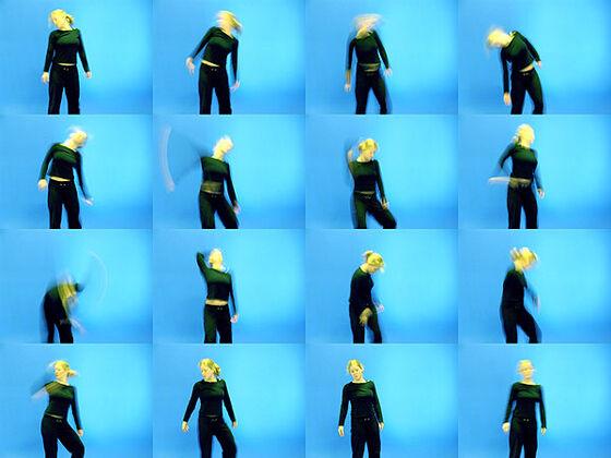 Dame i svarte klær i blått rom viser mange ulike bevegelser. Collage med 16 bilder. Foto.