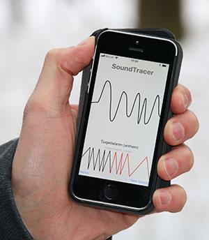 Nærbilde av hånd med mobil.