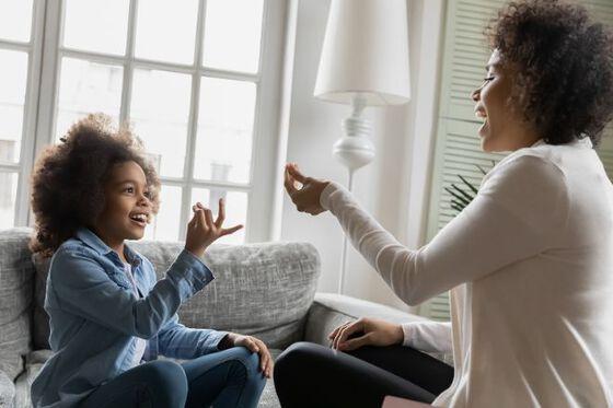Bildet kan inneholde: samtale, sitter, interiørdesign, gest, hånd.
