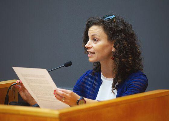 Kellie Gonçalves speaking at the podium