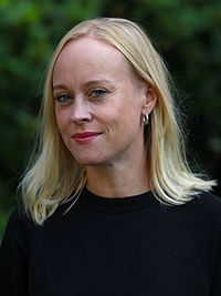 Bildet kan inneholde: hår, ansikt, blond, frisyre, hake.