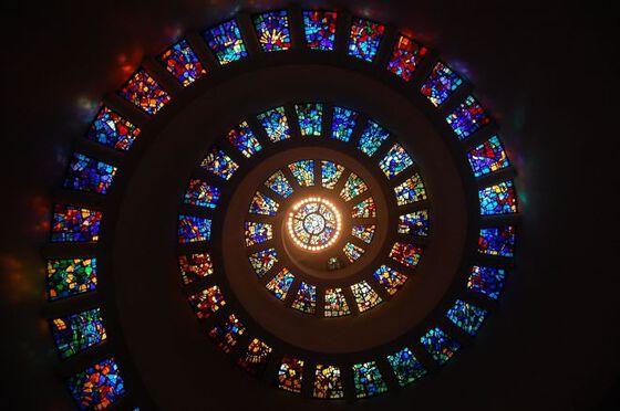 Bildet kan inneholde: glass, fargerikhet, mørke, rav, lys.