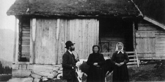 Svart-hvitt fotografi av folkeminnesamleren Moltke Moe på besøk på bondegård