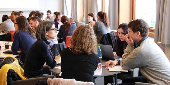Foto av personer i et møterom
