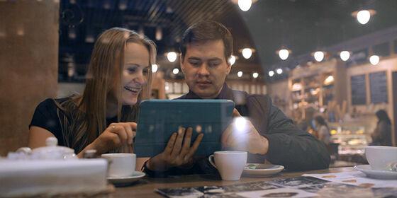 To personer snakker sammen på cafe