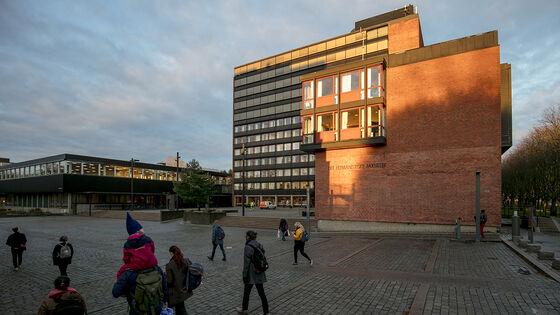 Bildet kan inneholde: fasade, urbant design, kommersiell bygning, blandet bruk, byområde.